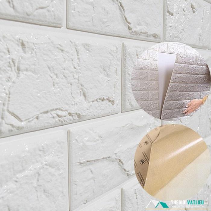 Bóc lớp giấy bảo vệ phía sau tấm xốp để dán vào tường