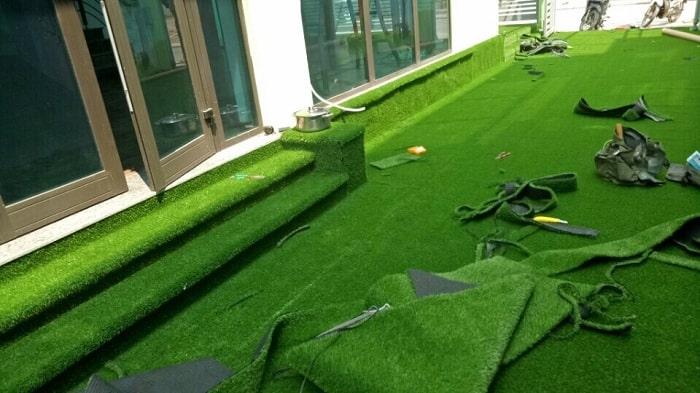 Sân vườn làm bằng cỏ nhựa nhân tạo