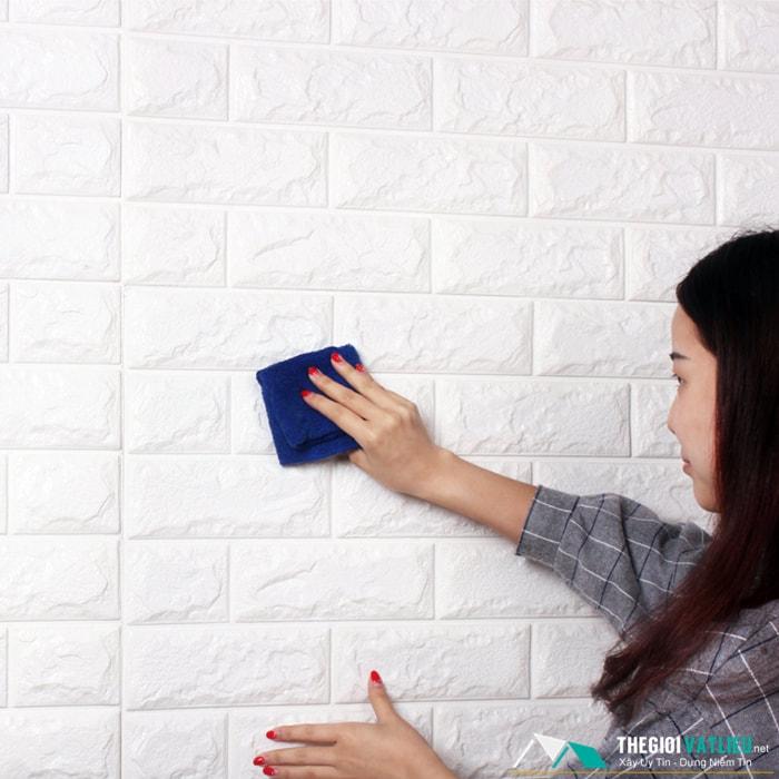 xốp dán tường có bám bẩn không