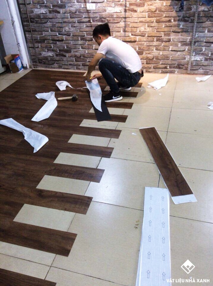 thi công sàn nhựa vinyl giả gỗ