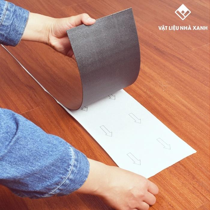 sàn nhựa giả gỗ 2mm có sẵn keo