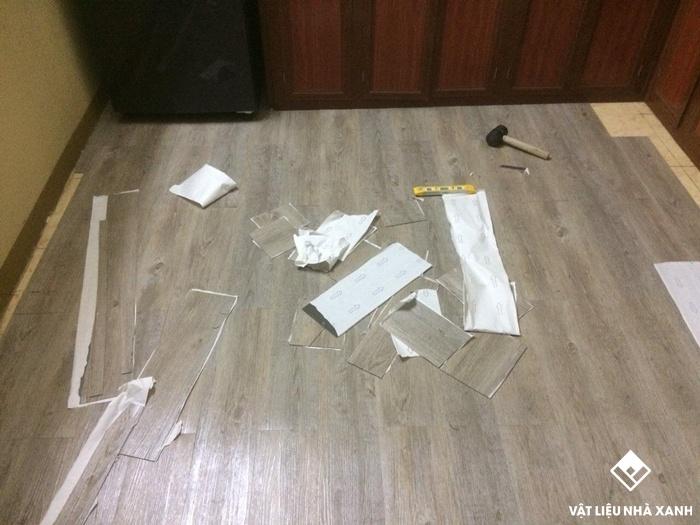 sàn nhựa giả gỗ có sẵn keo