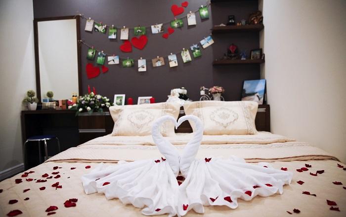 Mẫu phòng cưới với khung ảnh kỷ niệm của cặp đôi