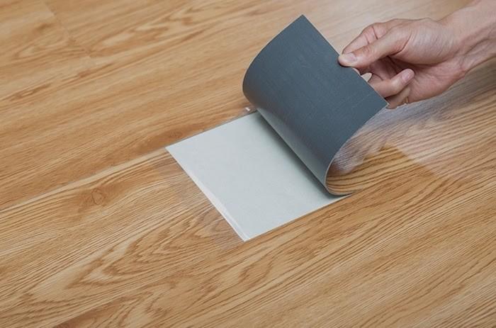 Giấy dán sàn giả gỗ rất dễ thi công lắp đặt