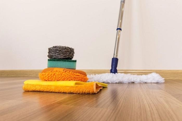 Cần vệ sinh sàn gỗ trước khi muốn đánh bóng
