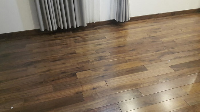 Thi công sàn gỗ óc chó cho căn hộ
