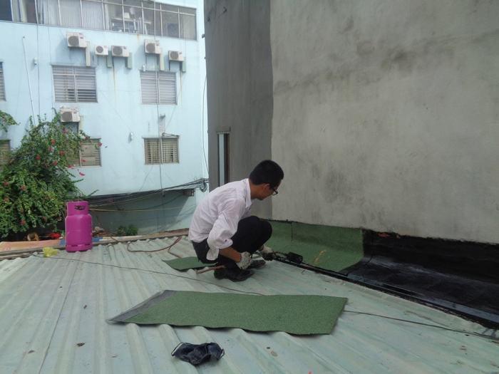 Sử dụng tôn lá là cách chống thấm tường nhà liền kề tạm thời