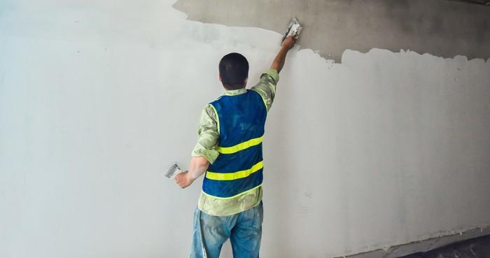 Với tường nhà lâu năm, bạn có thể khắc phục trong thời gian ngắn