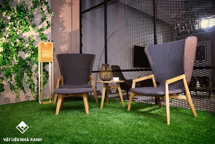Trang trí thảm cỏ nhân tạo quán cafe