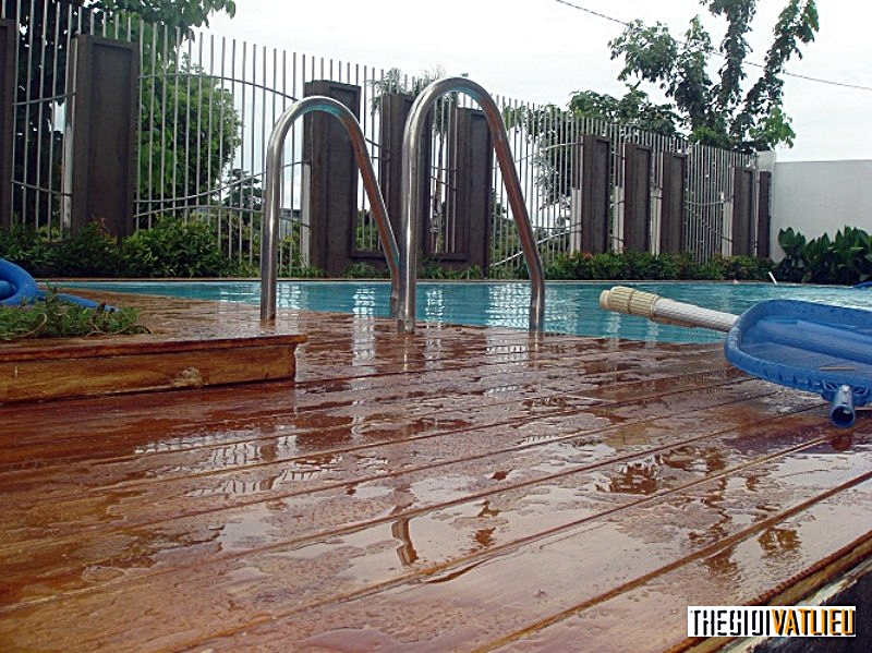 sàn gỗ ngoài trời Smartwood thi công hồ bơi